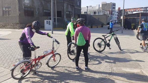 Ciclistas y otros deportistas llegan a playa de Pimentel