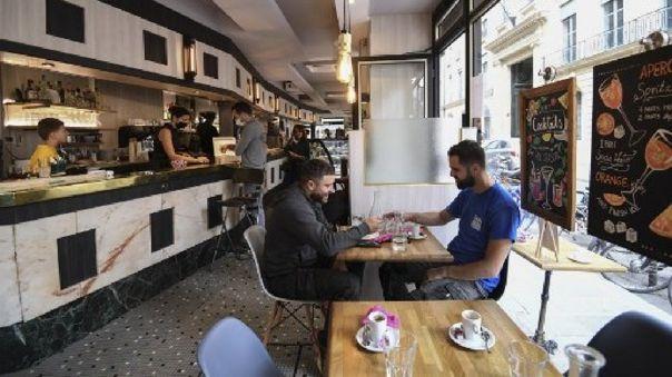 Los parisinos ya podían tomar un café o degustar un plato en los restaurantes y brasseries desde el 2 de junio, pero únicamente en las terrazas exteriores.