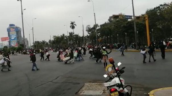 Ambulantes retirados caminaron sin un rumbo fijo ante los cierres de avenidas paseo de la república y 28 de julio.