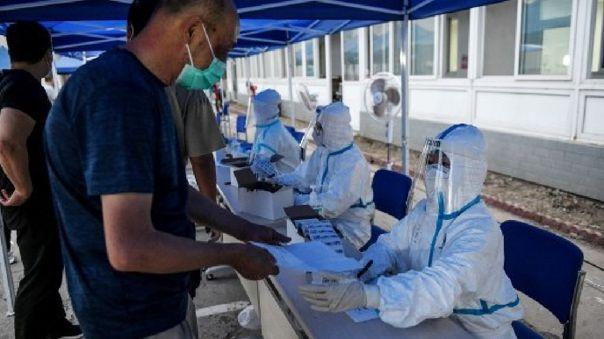 Los medios indicaron que el coronavirus habría sido detectado sobre todo en tablas utilizadas para cortar salmón importado.