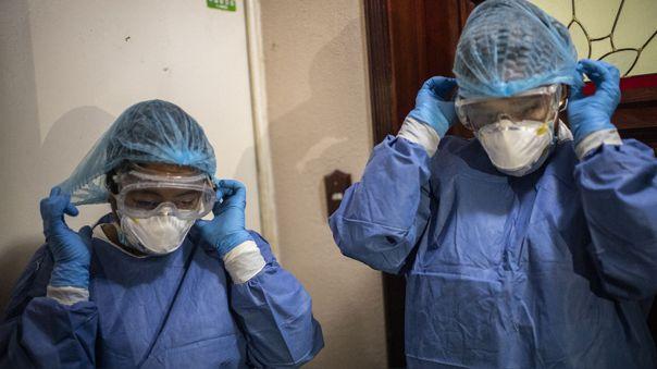 Trabajadores de salud realizan visitas a viviendas para tomar pruebas de coronavirus en Ciudad de México.