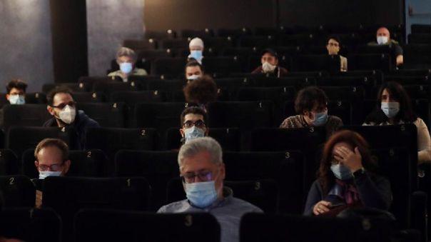 AMC se retractó y exigirá mascarillas a sus usuarios.