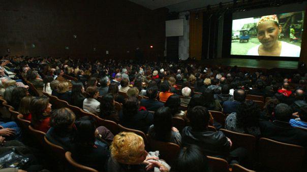 Ministra de Producción anunció que los cines y bares aún no podrán abrir sus puertas al público.