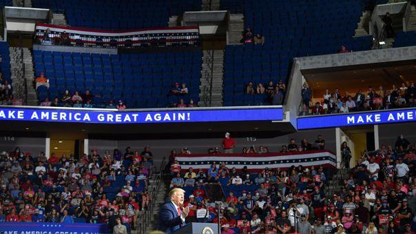 Espacio vacíos en la arena donde Trump dio su mitin