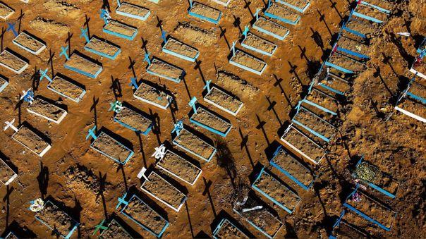 Viesta aérea de tumbas en cementerio de Manaos, Brasil.