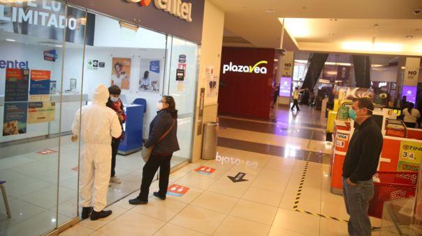 Los controles de seguridad sanitaria en los centros centros comerciales inició sin problemas.