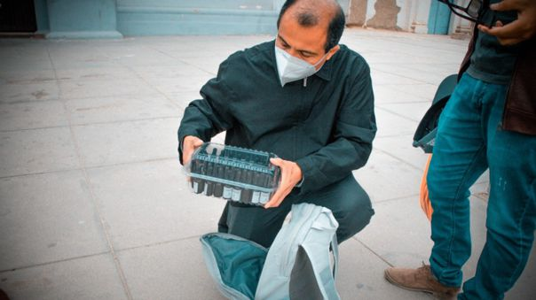 Sacerdote José Carrasco recoge ivermectina para donarlo a centros de salud