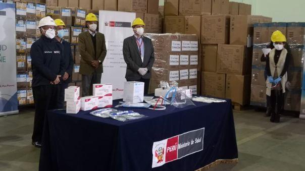 Los ingenieros donaron 3 mil escudos al Centro Nacional de Abastecimiento de Recursos Estratégicos de Salud y el ministro del sector Víctor Zamora los recibió.