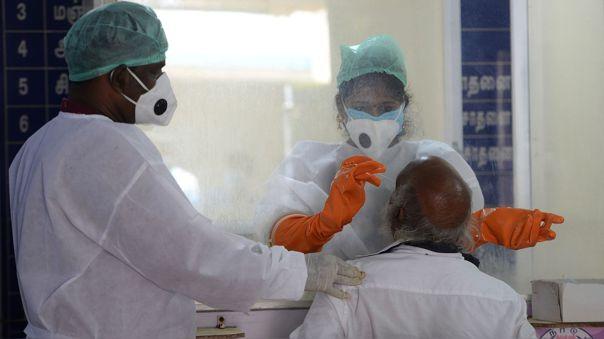Personal de salud toma una prueba de COVID-19 a un anciano en Chennai, India.