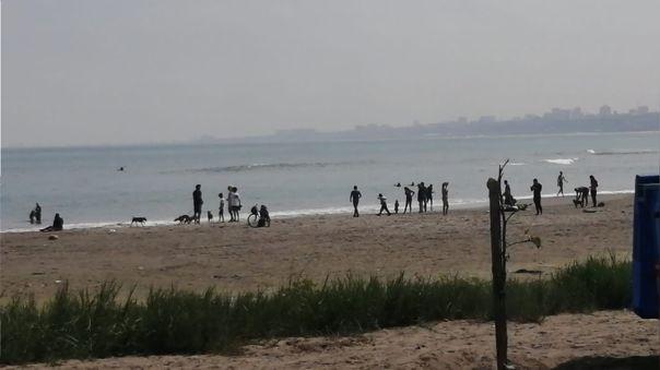 Vecinos reclaman que incluso hay personas que han llegado a la playa y no están usando las mascarillas de protección.