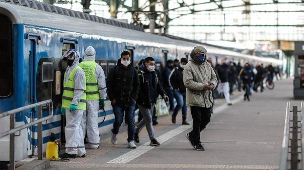Personas circulan en la Estación Ferroviaria de Constitución en la ciudad de Buenos Aires (Argentina).