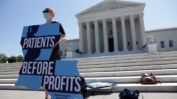 Un activista pro vida sostiene un cartel durante una manifestación frente a la Corte Suprema de los Estados Unidos.