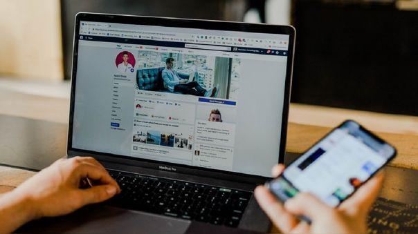 Redes sociales en un ordenador portátil y un teléfono móvil.