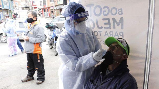 Trabajadores de salud colombianos realizan prueba de descarte de COVID-19 en el barrio de Ciudad Bolívar, en Bogotá.