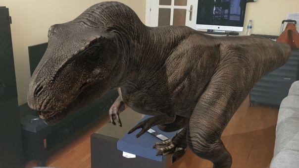 Un Tiranosaurio Rex en un salón.