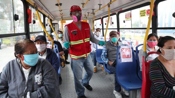 Pasajeros deberán abordar los buses portando mascarilla y protector facial.