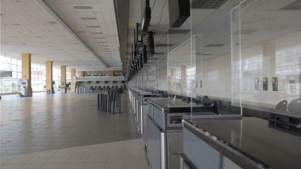 Los counters del aeropuerto Jorge Chávez luce ahora con láminas de separación entre cada una de estas.
