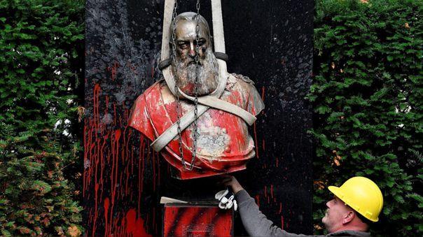 Una estatua del rey belga Leopoldo II, cuyo régimen cometió atrocidades en el Congo, es removida en Bélgica a poco de celebrarse el aniversario 60 de la indepedencia de la nación africana.