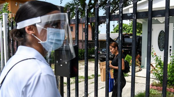 Trabajadores con mascarillas en Miami, Florida, uno de las regiones donde los casos se han repuntado.