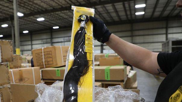 Un oficial de aduanas de Estados Unidos inspecciona un cargamento de pelo humano procedente de China y confiscado en Nueva York