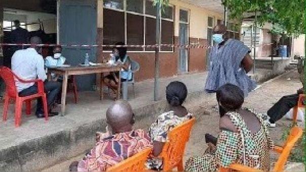 Carlos Kingsley Ahenkorah visitó un centro de registro en su circunscripción antes de que completar el período de aislamiento propio.