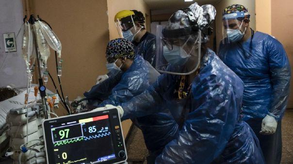 En las últimas 24 horas se inscribieron además 131 nuevos fallecidos y el número total de muertos con examen PCR positivo alcanzó los 6 051.