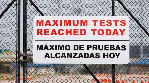 Un letrero advierte que se llegó al máximo de pruebas de descarte de COVID-19 afuera de un estadio en Houston, Texas (Estados Unidos).