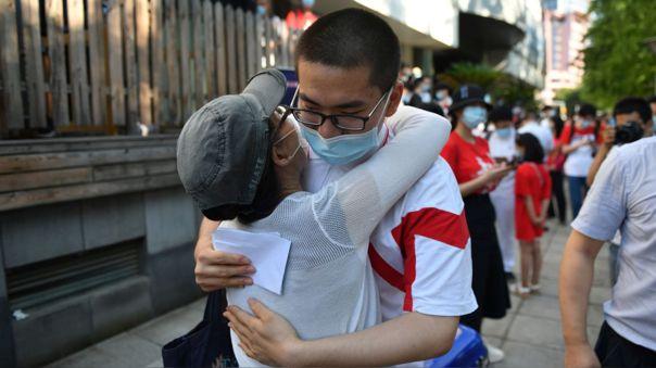 Un estudiante abraza a su madre antes de entrar a un colegio para un examen en Pekín.