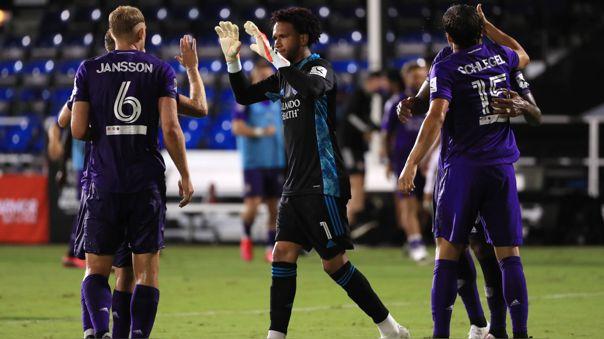 Pedro Gallese celebra con sus compañeros tras la victoria del Orlando City ante Inter Miami