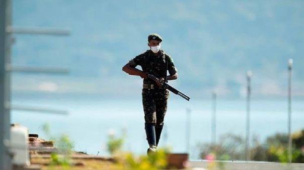 De acuerdo con las autoridades, un grupo de delincuentes fuertemente armados causó la explosión que permitió la fuga de los internos.