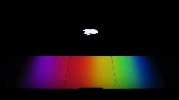 El contacto entre la cubierta de cámara y el cuerpo de la Mac puede malograr la pantalla.