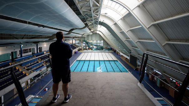 Varias piscinas al aire libre de Londres dieron hoy la bienvenida a sus primeros visitantes, que tuvieron que hacer una reserva a través de Internet.
