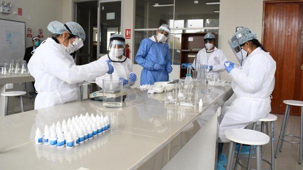 Estudiantes elaboran ivermectina en laboratorios de la UNPRG.