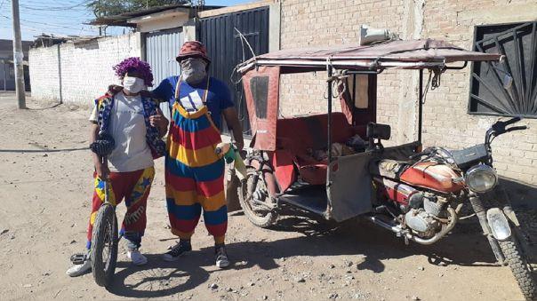 Payasitos recorren calles para alegrar a los niños en medio de la emergencia.