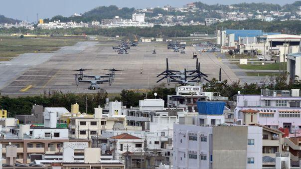 Vista aérea de la base militar estadounidense Camp Futenma en una zona urbana de Ginowan, en Okinawa (Japón).
