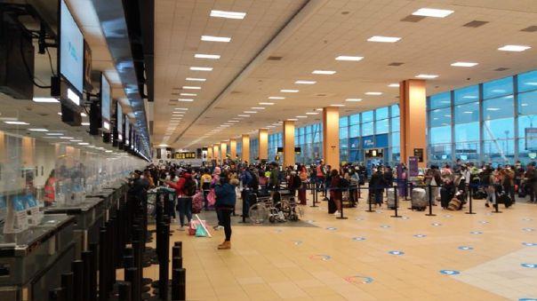 Pasajeros lograron ingresar al aeropuerto Jorge Chávez.