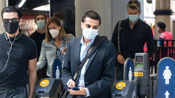 Ciudadanos británicos con mascarillas como medida preventiva ante el coronavirus.