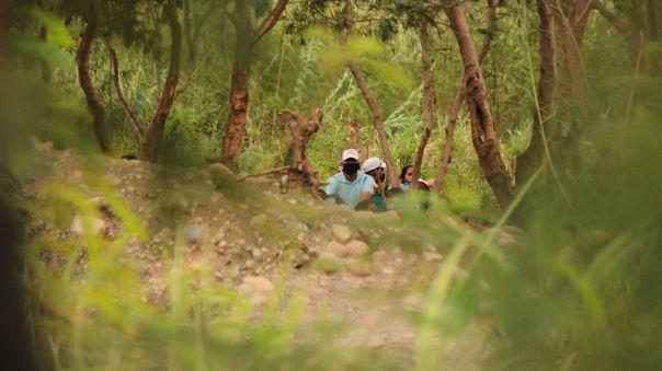 Personas del lado colombiano cerca de uno de los pasos ilegales, llamados