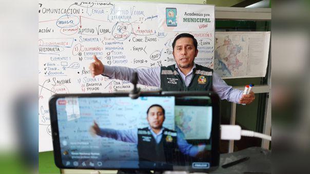 Alcalde dicta clases virtuales para jóvenes de la localidad de Ciudad Eten.
