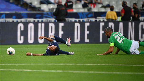 Se retira del fútbol el defensa que casi 'parte' a Kylian Mbappé en Francia