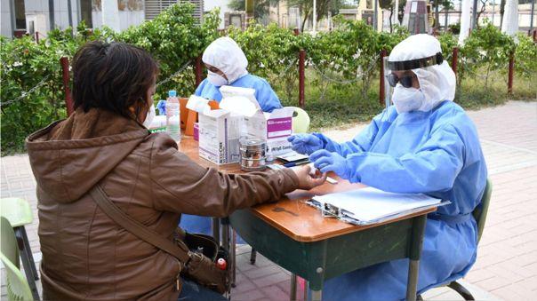 Entregan medicamentos a personas con los síntomas de la COVID-19.