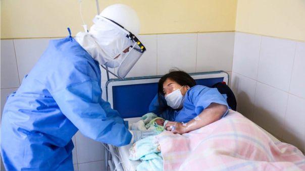 Madres se contagiaron de la COVID-19, pero dieron a luz bebés sanos.