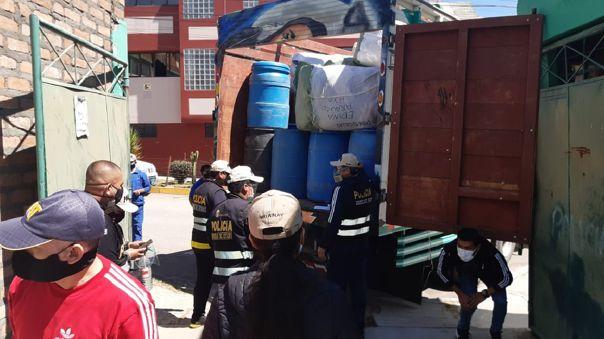 Camión transportaba cilindros con alcohol y otras sustancias de manera clandestina.