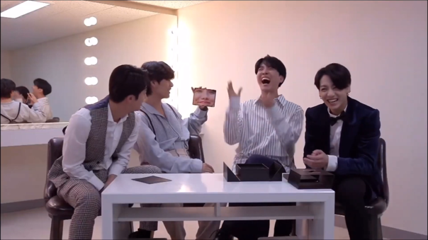 BTS hizo el primer unboxing oficial del Fold 2 de Samsung