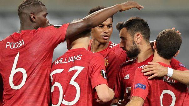 Bruno Fernandes celebra con sus compañeros tras convertir de penal en Manchester United y FC Copenhagen