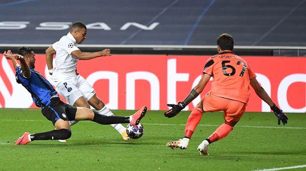 Casi para el PSG: Mbappé ingresó y por poco le anota al Atalanta con este remate