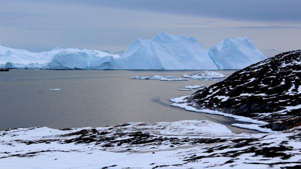 Icebergs cerca de un glaciar en Groenlandia