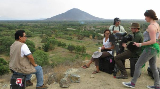 Anthony Choy y un grupo de periodistas instalando equipos para ver el avistamiento en Chulucanas.