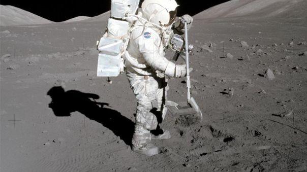 El polvo se adhiere a las botas del astronauta y geólogo del Apo