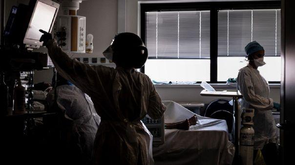 Además, indica el informe, al menos un millar de enfermeros y enfermeras han muerto en 44 países.